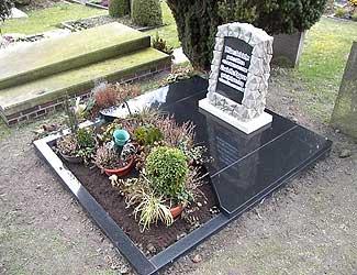 Grab mit Grabstein und Marmorplatten von Hülskötter Natursteine