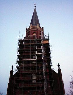 Kirchturm mit restaurierten Säulen